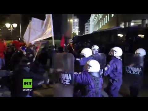 Polizei setzt Tränengas ein Hunderte Linke protestieren gegen Merkel Besuch in Athen