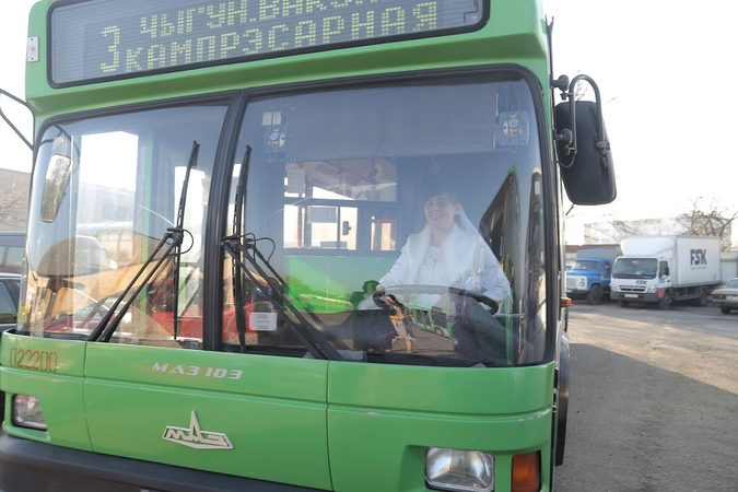 девушка за рулём автобуса МАЗ 103