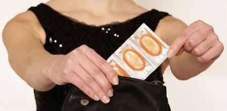 ВПЧ наиболее известен как вирус, ответственный за генитальный герпес, который может заразиться, несмотря на использование презервативов.