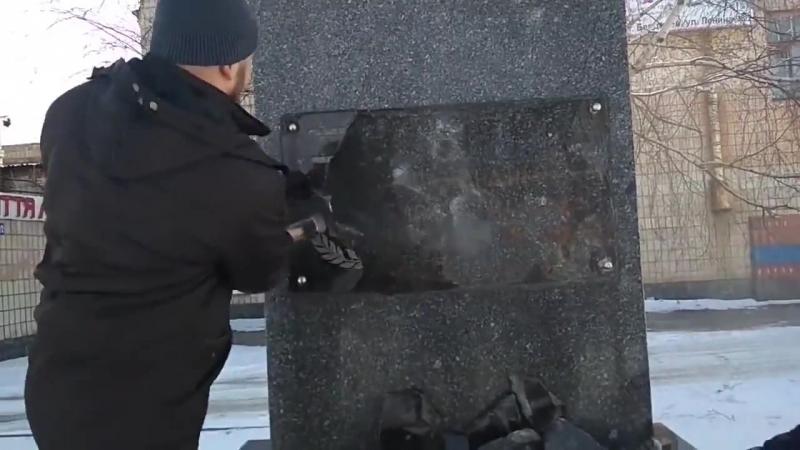 На Украине разрушили памятник Ватутину