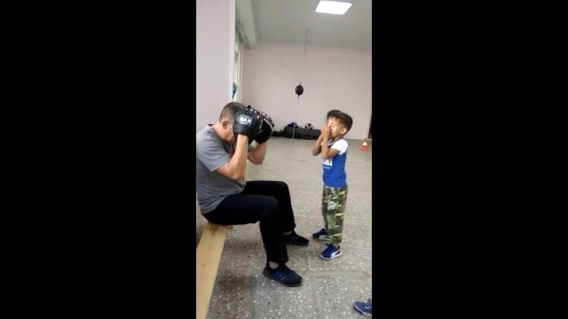 Тренер по боксу К. Москвин (МСМК, 3х кр.чемпион мира по кикбоксингу) тренирует детей