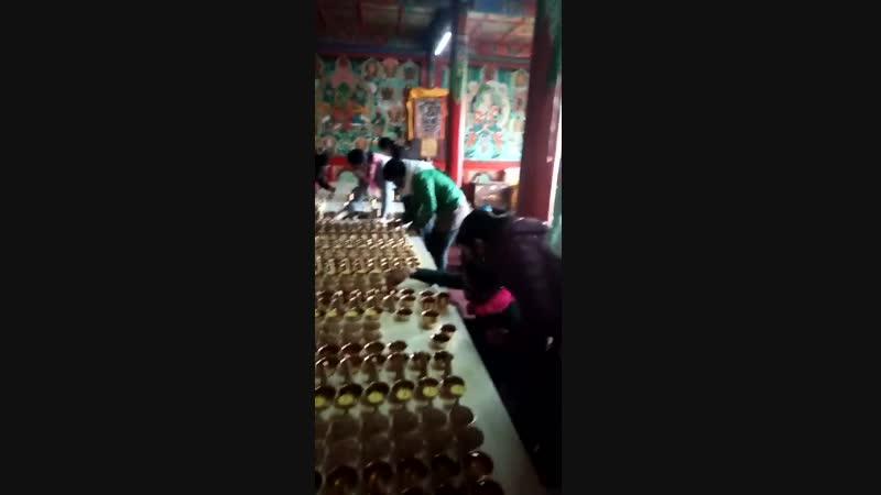 Подготовка лампад на Лхабаб Дучен