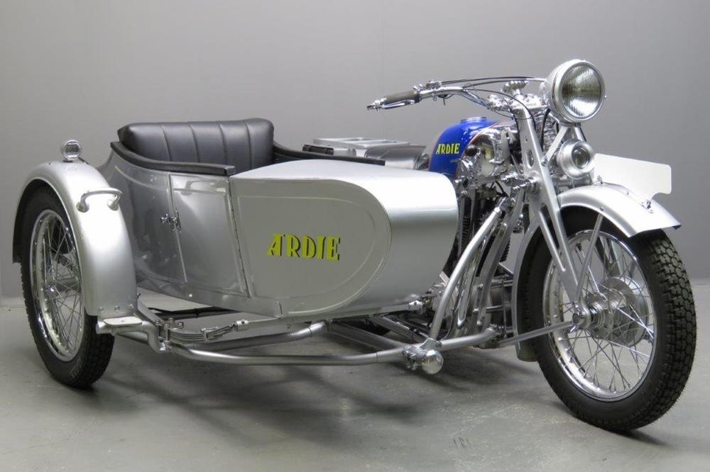 Старинный мотоцикл Ardie SS31 Silberpfeil 1931 с коляской Ardie
