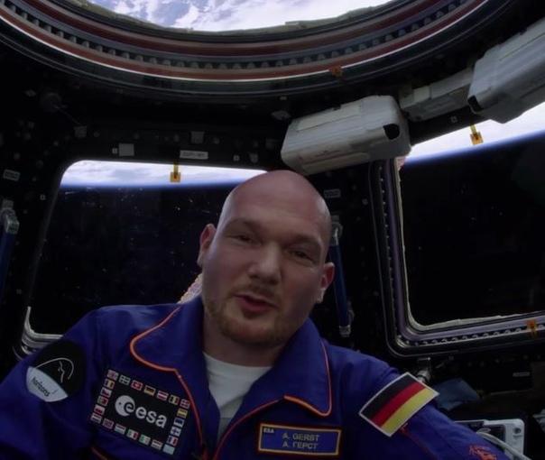 Находящийся сейчас на МКС немецкий космонавт Александр Герст записал обращение к внукам. Перевёл с немецкого, потому что очень понравилось.Итак, обращение: Дорогие внуки! Вы ещё не родились, я