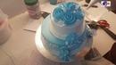Mẫu bánh sinh nhật hai tầng trang trí bằng hoa hồng kem xanh đẹp mắt