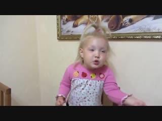 Девочка очень смешно рассказывает стихотворение про бабушку...