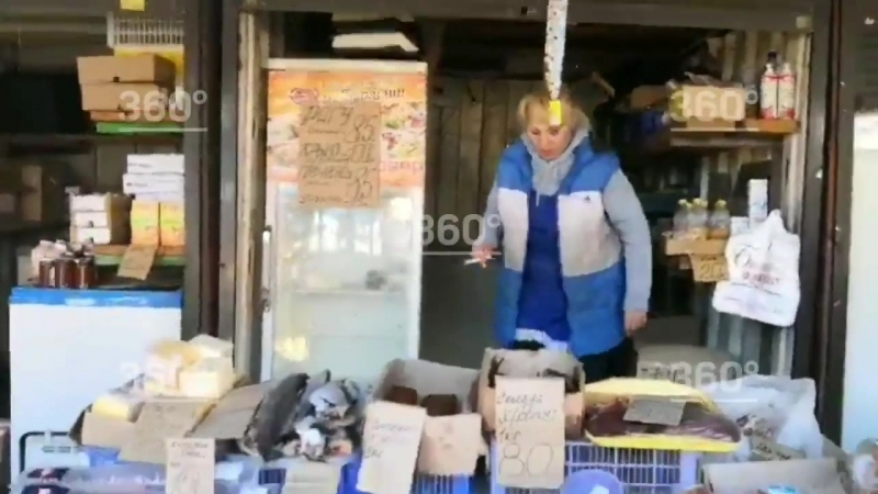 На красноярском рынке люди выстраиваются в очередь за просрочкой