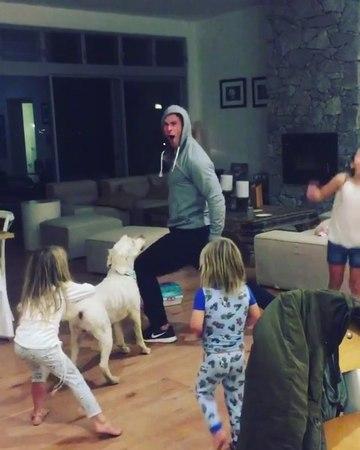 """PE✪PLETALK.RU on Instagram: """"Крис Хемсворт отжигает под песню Майли Сайрус 🤗 Подозреваем, что выбор брата Лиама актёр одобряет! крисхемсворт майл..."""