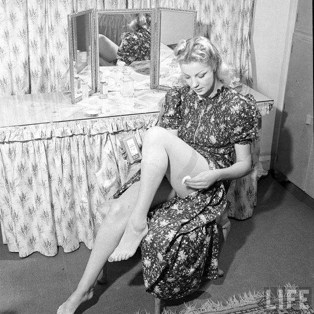 Женская мода 1940-х годов: жидкие чулки во времена тотального дефицита.
