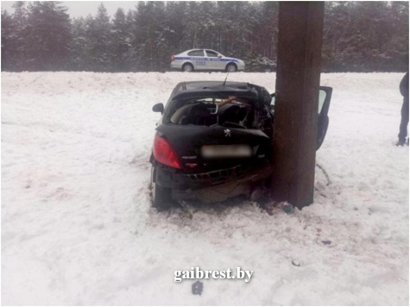 На М1 легковушку выбросило с трассы в лес, но столкнулась она с опорой ЛЭП
