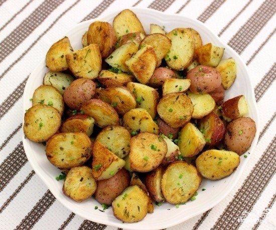 картофель, запеченный по-мексикански ингредиенты: картофель — 1 кг чеснок — 2-3 зубчика кориандр — 5-8 зерен перец красный острый молотый — по вкусу масло растительное лук зеленый — 2-3 шт.