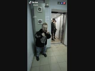 Прикол карлика с лифтом