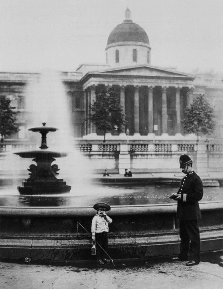 Полисмен поймал мальчишку за ловлей рыбы в фонтане на Трафальгарской площади, 1892 год.