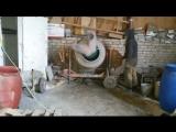 Бетономешалка мешает бетон, бригада строителей пьет самогон...
