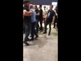Драка Фанатов Хабиба и Конора в аэропорту