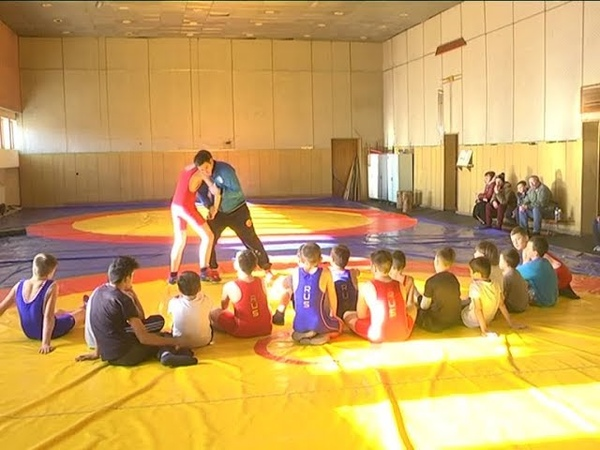 Участники мастер классов по греко римской борьбе на тренировках