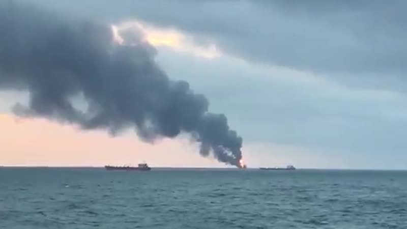 Видео: Два корабля загорелись в Керченском проливе у берегов России