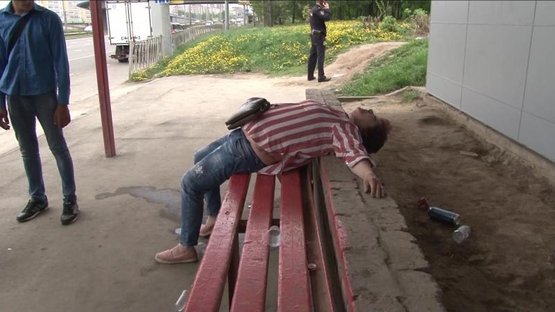 Казанцы напились до бессознательного состояния на автобусной остановке