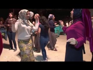 Türbanlı Kız Gelinle Karşılıklı Oynuyor