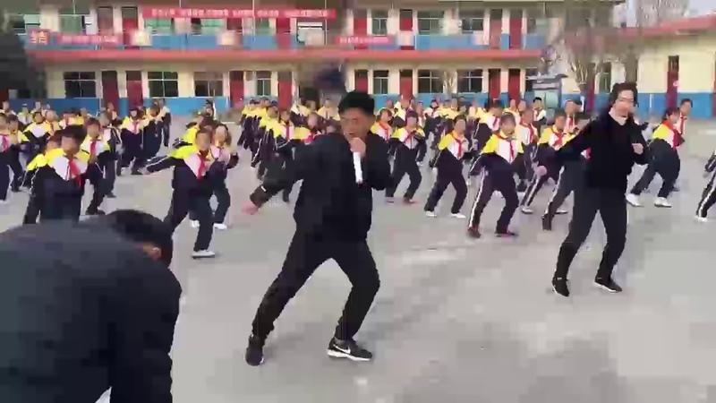 Вот уже 40 лет каждое утро в этой китайской школе начинается с такого вот танца.
