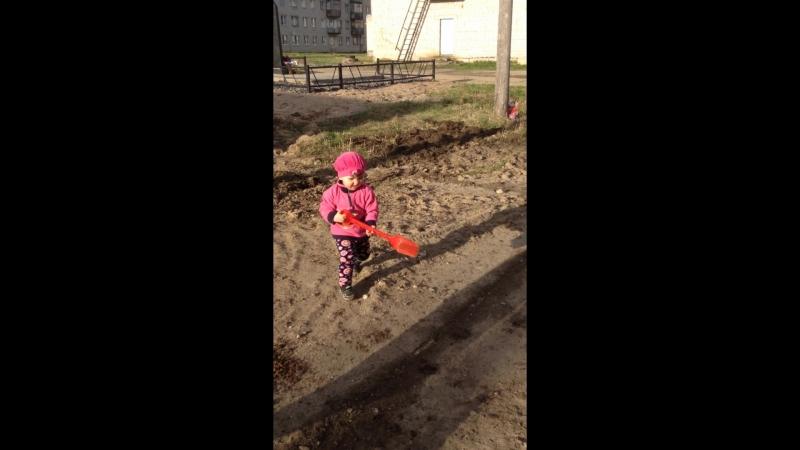Варвара (2 года) расчищает плиты у ДК 2018-05-21