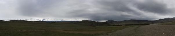 Ещё одна панорамка горных хребтов, окружающих чуйскую долину.