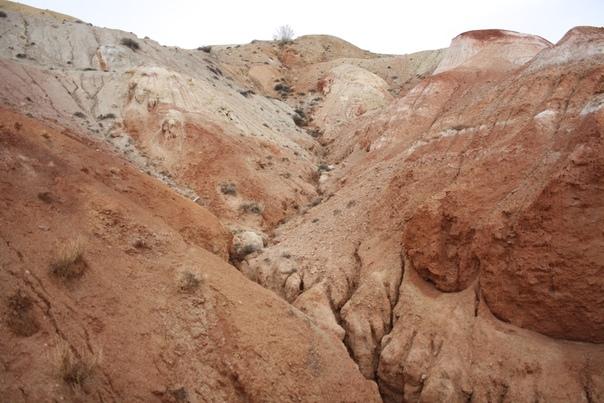 Цветная гора Кызыл-Чина (с тюркского — красное ущелье).  По легенде, красные и зелёные оттенки — древние глины с примесью песчаника и известняка. Всё горизонтально, из-за гравитации.