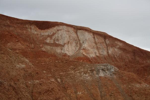 Озёрные, речные и ледниковые отложения скопились здесь в виде разноцветных глин.  А ещё, от древних озёр осталась Гигантская рябь Курайской степи (ищи картинки, это того стоит).