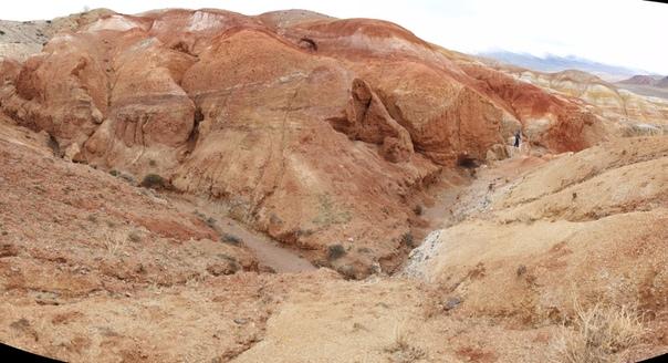 Есть мнение, что тут высокое содержание ртути в породах, что придаёт глине и камню красный оттенок. И тут действительно есть ртутные месторождения, довольно богатые. Но это, конечно, выдумка.