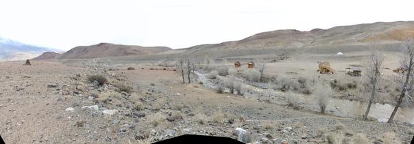 Долина реки Чаганузун. Справа база, где могут задать покушать с местной кухни.