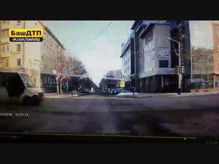 Момент ДТП на перекрестке Достоевского - Ленина в Уфе 02.12.2018