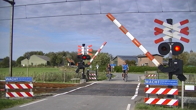 Spoorwegovergang 's-Heer Hendrikskinderen Dutch railroad crossing