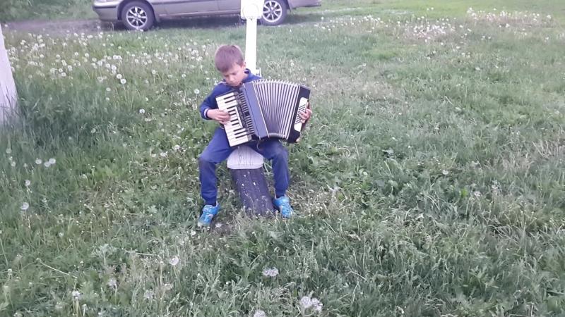 Ярик , второй класс, играет на аккордионе
