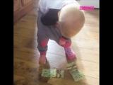Ребенок засовывает деньги в штаны