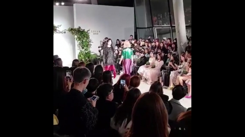 [FANCAM:PUBLIC EVENT] 180323 Модный показ «2018 Seoul Fashion Week:Sonua», в котором Ёнгук принимал участие в качестве музыкальн