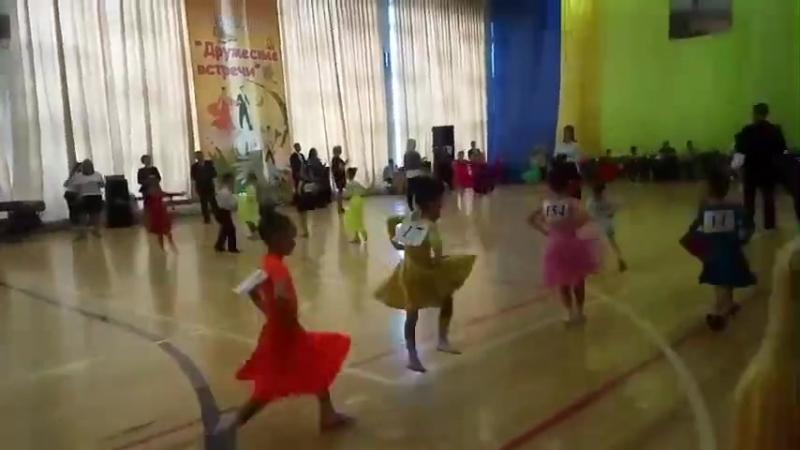 Танец полька, танцует наша Лиза в розовом платишке