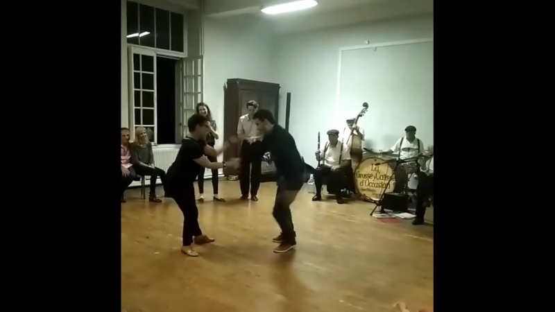 Танцует мама Гийома