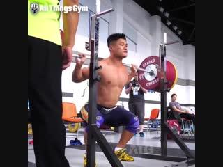 Ляо Хуей приседает 255 кг в разминочном зале ЧМ 2018