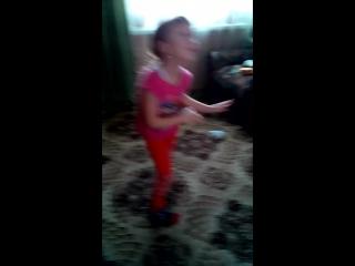 София танцует