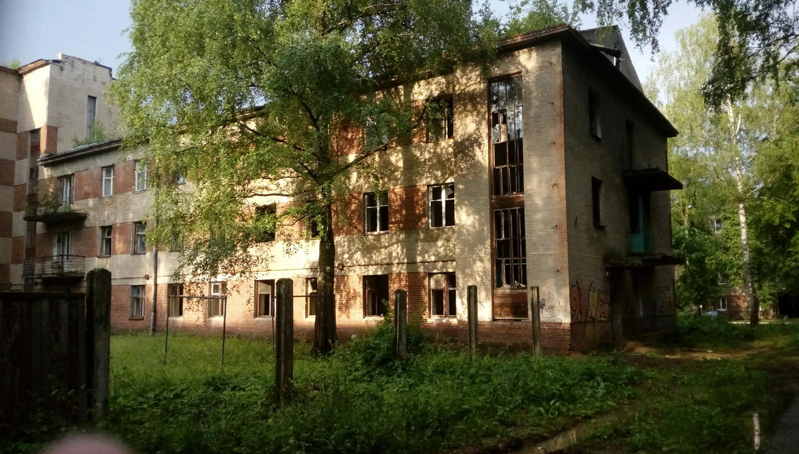 Заброшенный бывший жилой дом