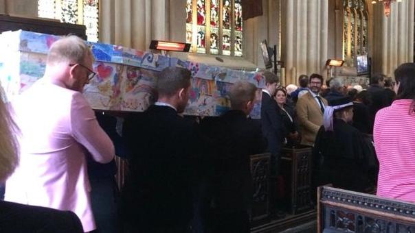 Директора британской школы похоронили в гробу, украшенном рисунками её учеников В английском городе Бат директора местной школы Сью Ист, которая умерла от рака, похоронили в гробу, который был