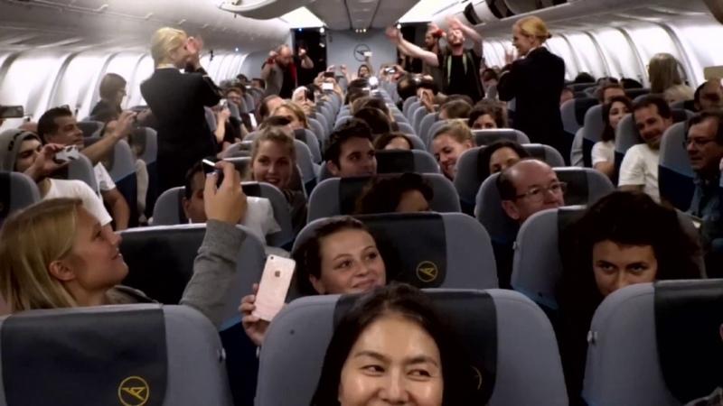 VoXXclub Flashmob an Bord von Condor