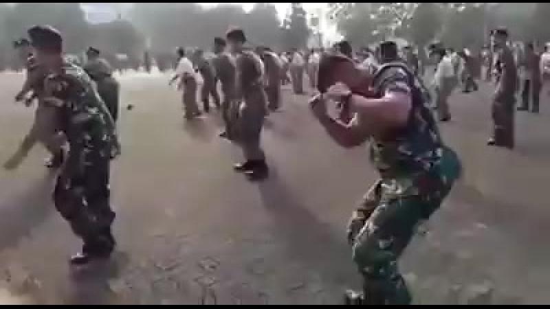 Танец солдат военно - морских сил Индонезии (оригинал)