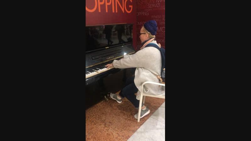 Музыкальный салон на вокзале во Флоренции