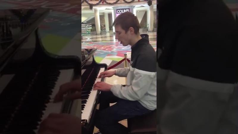 Парень красиво играет в торговом центре на пианино Linkin Park Numb