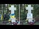 Brytyjczyk poprawia napis na grobie Bandery