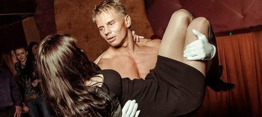 striptizer-ottrahal-devku-na-stsene