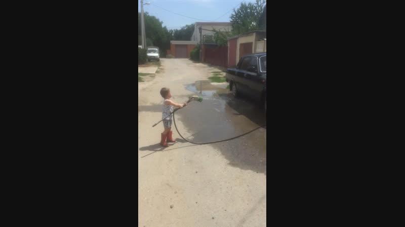 Никитоша моет машину кончилась вода
