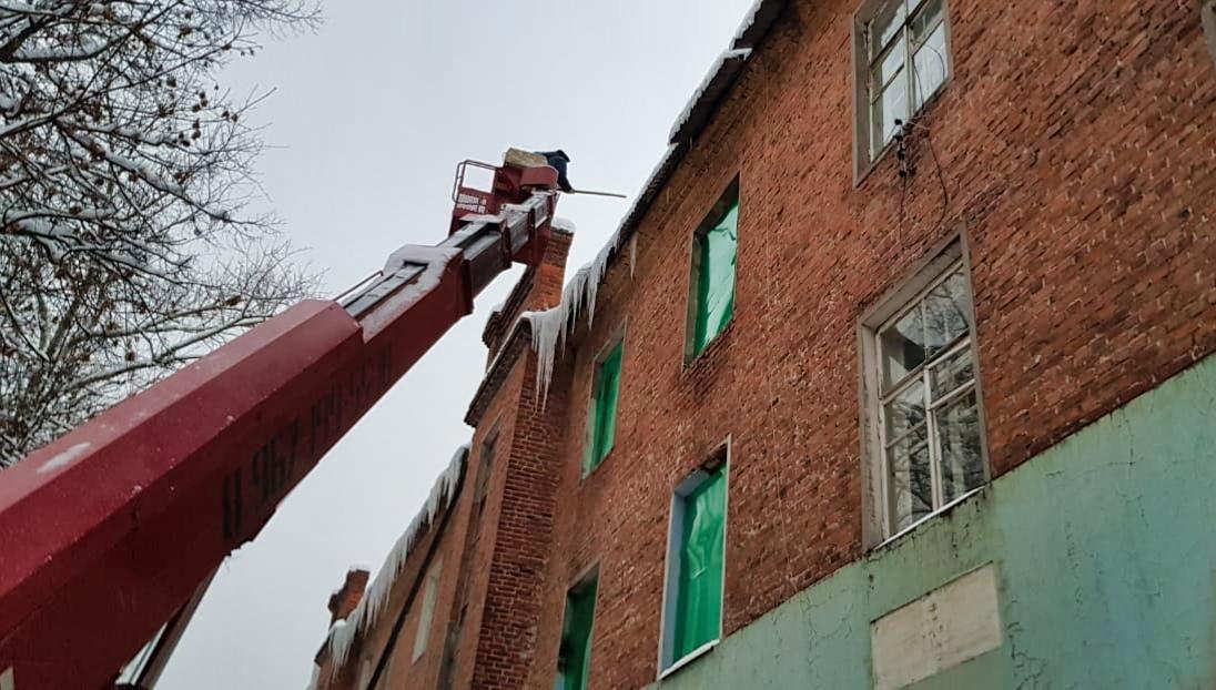 Очищаем крыши от наледи