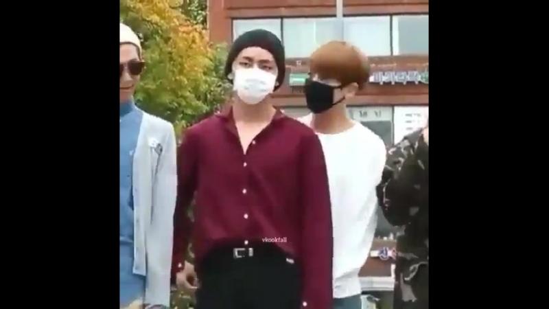 Clingy jungkook looking so smol behind taehyung